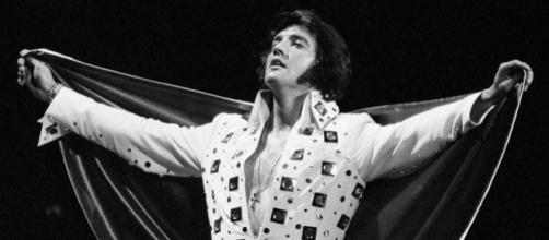 Elvis morreu em 1977 aos 42 anos