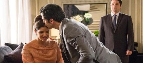 """Eric (Mateus Solano) consola Maria Pia (Mariana Santos), e os dois são observados por Malagueta (Marcelo Serrado) em """"Pega Pega"""""""