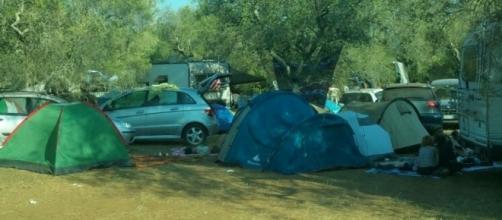 Gli accampamenti delle persone arrivate al Rave party.