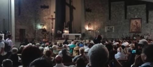 Chiesa gremita a Scandicci dove c'è stata la veglia funebre per Niccolò Ciatti, ucciso in una discoteca spagnola a calci e pugni. Foto: skytg24.