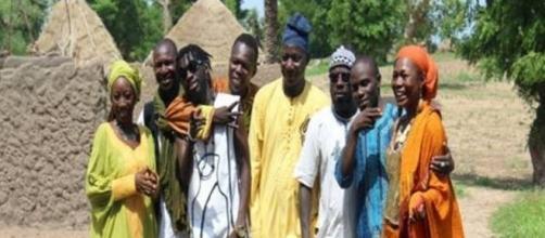 """Le collectif d'artistes camerounais du groupe"""" De'ende"""" (c) Equal Accès"""