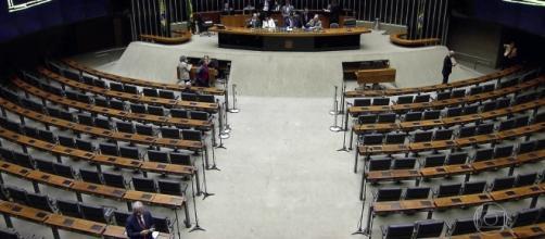 Votação é adiada por não se atingir quantidade mínima obrigatória de deputados presentes (Foto: Captura de vídeo/Rede Globo)