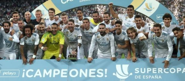 Jogadores do Real Madri posam diante do troféu da Supercopa da Espanha