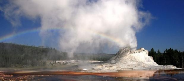 Yellowstone geyser (Mila Zinkova wikimedia commons)