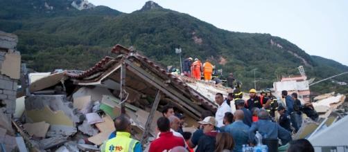 Soccorritori al lavoro ad Ischia dopo i crolli dovuti al terremoto