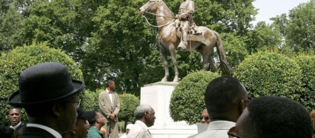 BBCI: Trump defends 'beautiful' Civil War statues - Standard Republic - standardrepublic.com