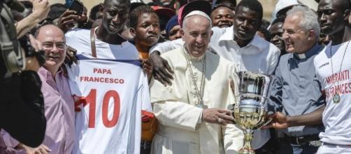 Papa Francesco con i migranti, con gli ultimi (via ilprimatonazionale.it)