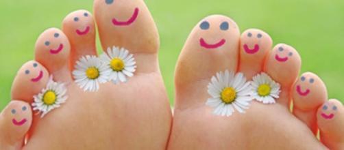 Puzza dei piedi: 10 rimedi e trattamenti contro la bromidrosi plantare. foto:ladyblitz.it