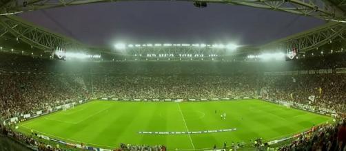 Stadio italiano prima del calcio d'inizio di una partita