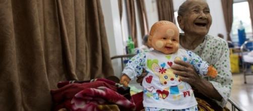 Anciana con su muñeca en una residencia