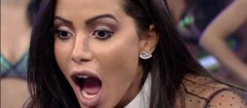 Anitta posta foto acariciando barriguinha e faz piada com cheesecake