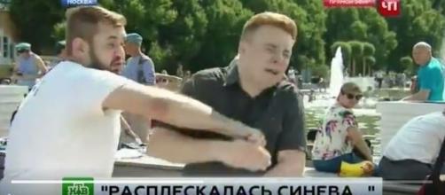 Repórter é agredido por russo embriagado durante festividades em Moscou (NTV)
