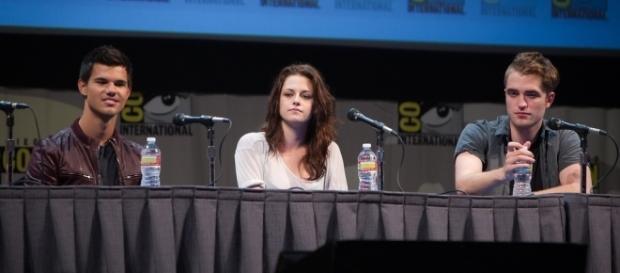 Kristen Stewart loves Robert Pattinson (Image Source: Flickr/Gerald Geronimo)