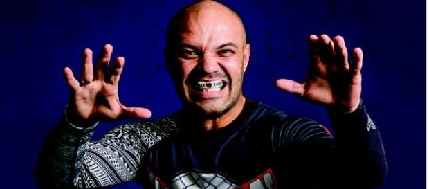 Pastor Pedroso disse que tirou o rock, a maquiagem e o batom da influência do capeta