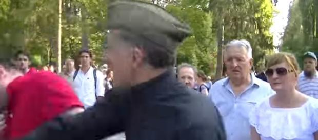 Po raz kolejny na Powązkach doszło do małej afery (źródło: youtube.com).
