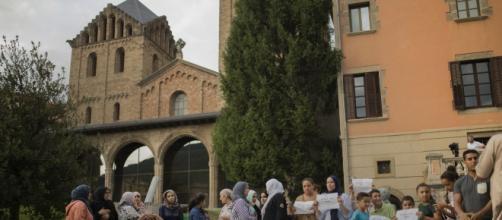 Madri e parenti dei terroristi 'bambini' hanno manifestato a Ripoll in Catalogna e condannato la strage della Rambla. Foto: Twitter.