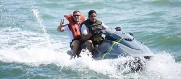 """Blamage: Sein Trikot trägt Podolski auf dem Fauxpas - Bild von """"Breitbart"""" noch unter der Schwimmweste! - web.de"""