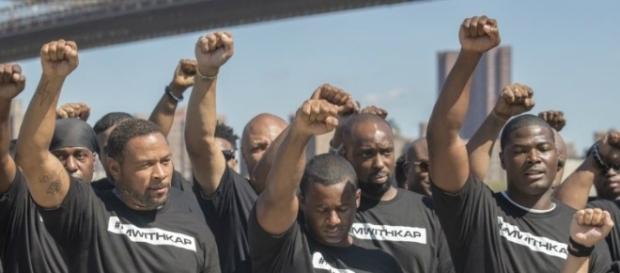 """Los 50 agentes de NYPD lucían camisetas con la frase """"I am with Kap"""" (Estoy con Kap) en referencia al jugador de la NFL, Colin Kaepernick."""