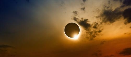 Encuentro entre la luna y el sol