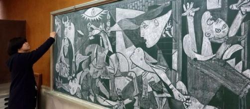 Hirotaka Hamasaki reproduziu obras como Guernica, de Pablo Picasso, em um quadro negro. Foto: Reprodução/Hirotaka Hamasaki