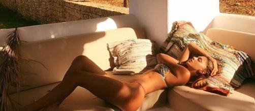 La show girl Belen Rodriguez in un momento di relax