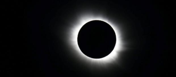 Eclipse solar transforma o dia dos Estados Unidos em noite