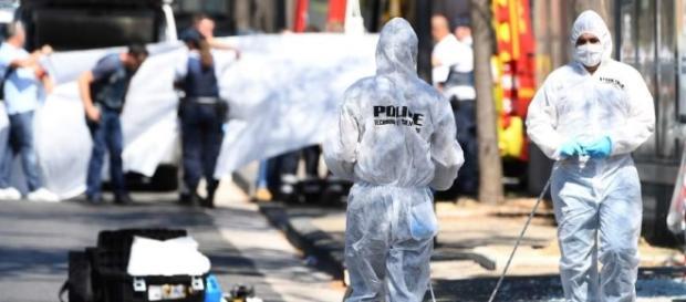 La policía rastrea el lugar del suceso. AFP