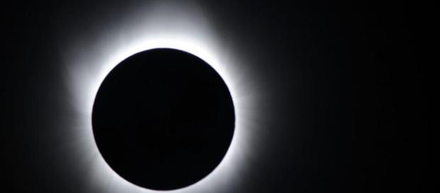 O eclipse solar total foi assistido por milhares de expectadores no Oregon e na Carolina do Sul