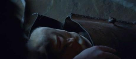 The mysterious face in Arya's bag. Screencap: Dark Aces via YouTube