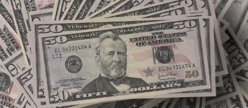 Giving cash. Image via Pixabay.
