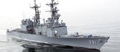 https://upload.wikimedia.org/wikipedia/commons/8/83/020625-N-1056B-004_The_U.S._Navy_destroyer_USS_Fife_%28DD_991%29.jpg
