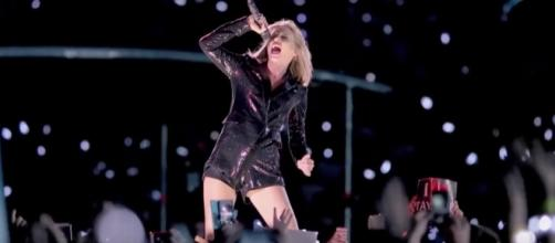 """""""Taylor Swift Posts CRYPTIC Snake Video Clip via Clevver News youtube channel"""