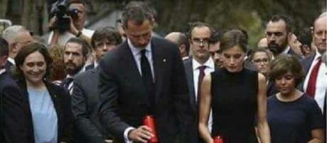 Ada Según Twitter Ada Colau se esconde vela tras blusa y se ríe en acto de silencio y homenaje a las víctimas