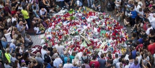 La sociead llora a las víctimas del atentado. Public Domain.