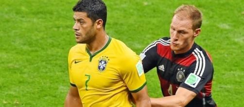 Sulla destra Benedikt Howedes in azione, possibile acquisto della Juventus
