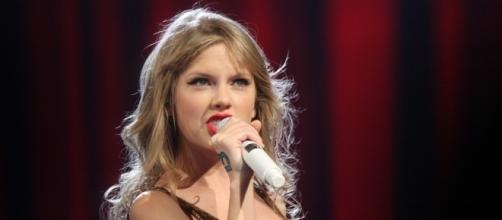Taylor Swift and the snakes-https://upload.wikimedia.org/wikipedia/commons/b/b9/Taylor_Swift_%286820737358%29.jpg