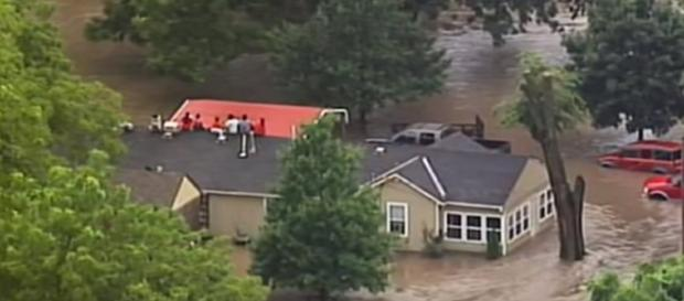 Kansas City Floods Force Family Onto Roof [Image via YouTube: Associated Press]