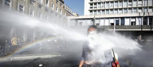 La foto di una rifugiata con una stampella colpita da un idrante a ... - ilpost.it