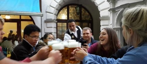 People drinking beer. [Image via Peg93, Wikimedia Commons]