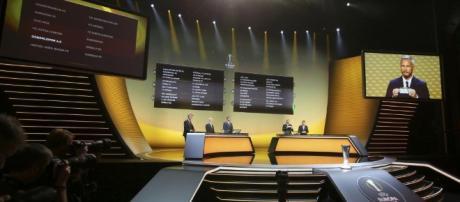 El sorteo se celebró en la ciudad suiza de Nyon. Larsson y Abidal encargados de las bolas. (vía web-periodicodeibiza.es)