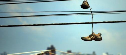Conheça o significado dos tênis colocados em fios de energia.