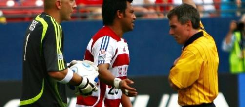 Matt Reis Carlos Ruiz yellow card