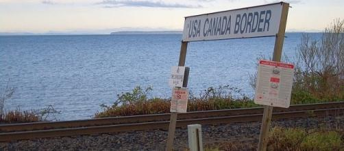 US-Canada border at Peace Arch Park (Credit – Vmenkov – wikimediacommons)