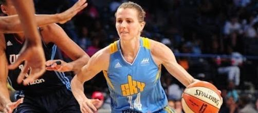 Allie Quigley and the Chicago Sky picked up a big win on the road Friday against the Connecticut Sun. [Image via WNBA/YouTube]