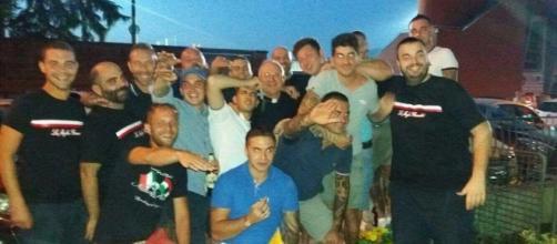 La foto in cui alcuni ultras della Lucchese fanno il saluto romano a fianco al Vescovo