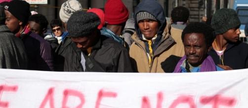 Roma: alcuni dei migranti presenti in piazza a protestare