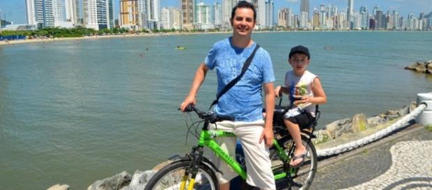 Fulvio Pacheco descobriu seu autismo através do filho