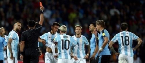 L'espulsione di Dybala nel match tra Argentina ed Uruguay disputato per le attuali qualificazioni ai Mondiali