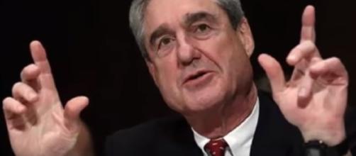 Robert Mueller's investigation looks into Mike Flynn. [Image via YouTube/Hot news]