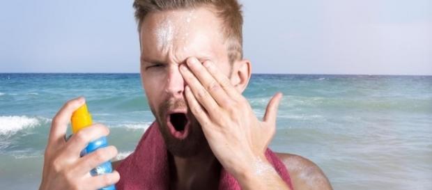 Na Califórnia, pessoas aplicaram protetor solar nos olhos para poderem ver o eclipse de segunda-feira (21)